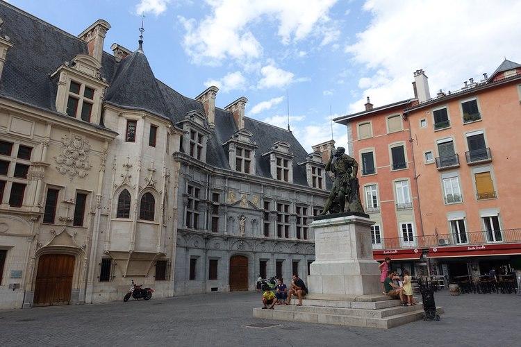Một tượng đài giữa phố cổ