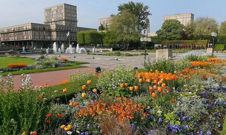 Vườn hoa luôn khoe sắc rực rỡ xung quanh quảng trường