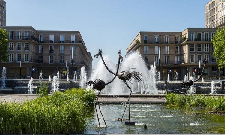 Đài phun nước rộng lớn giữa Quảng trường Place de l'Hôtel-de-Ville