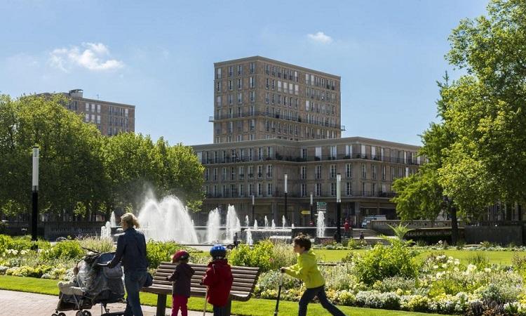 Quảng trường Place de l'Hôtel-de-Ville là nơi các thu hút rất nhiều các gia đình tới