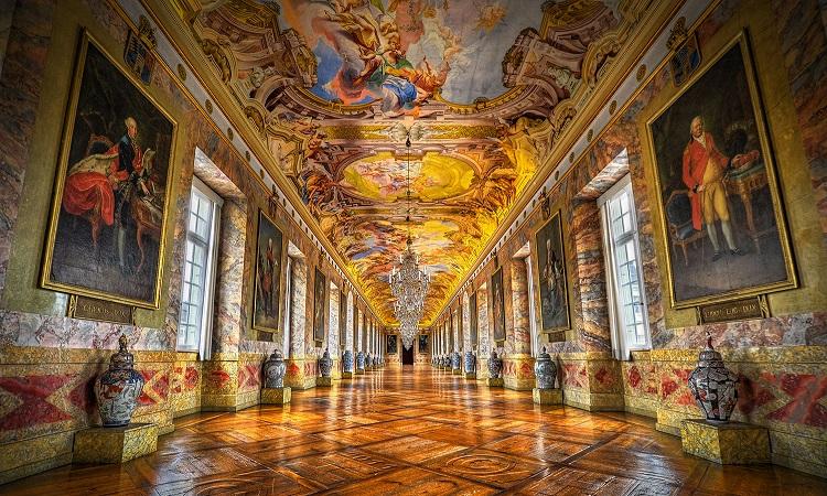 Trang trí trần cung điện vô cùng lộng lấy