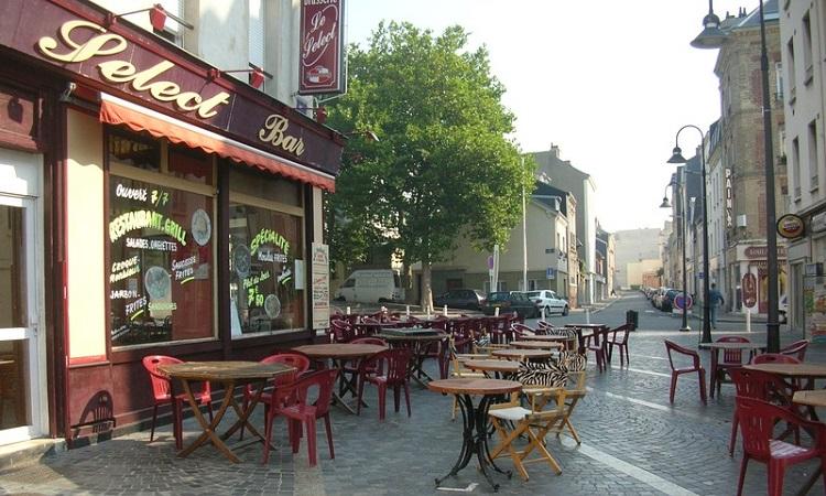du khách có thể thưởng thức đồ uống ở ngay những quán ngoài trời trên khu phố