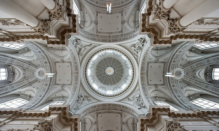 Mái vòm cao nhất nhà thờ nhìn từ bên trong