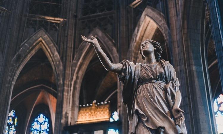 Nhà thờ giống như một kho tàng nghệ thuật với rất nhiều tượng, tranh đẹp mắt
