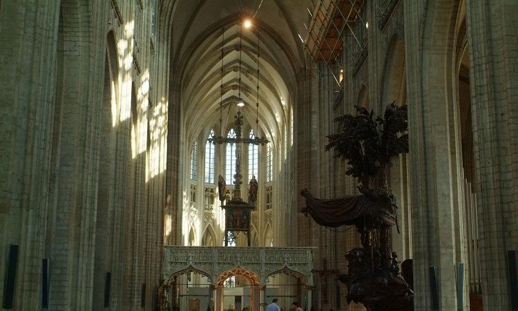 Những mãi vòm cao, đặc trưng kiến trúc Gothic