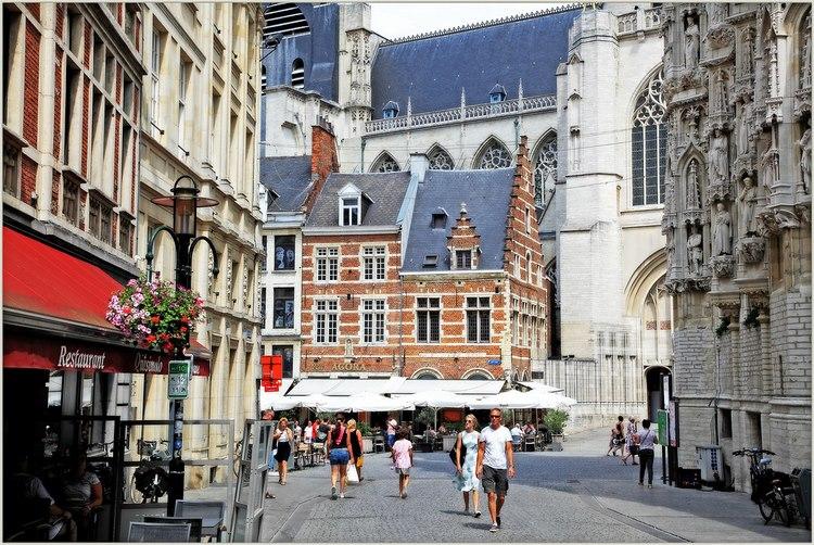 Phố Naamsestraat, nơi hội tụ hàng loạt công trình trọng điểm của thành phố