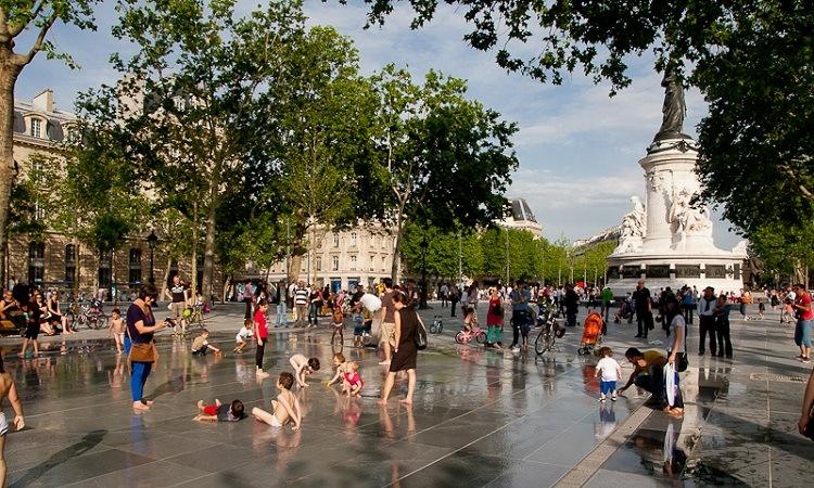 Quảng trường Place de la République cũng là nơi nhiều trẻ em tới vui chơi