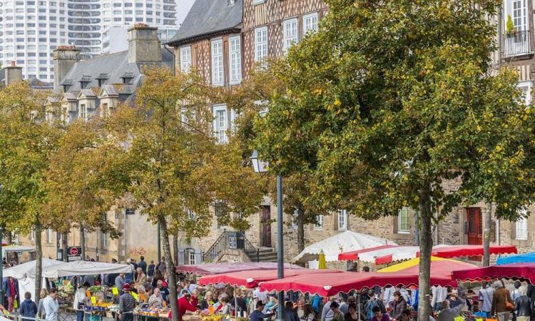 Quảng trường Place des Lices thường xuyên họp chợ rất đông đúc chợ