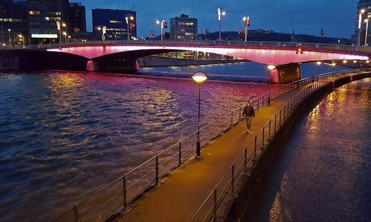 Một cây cầu bắc qua sông Meuse