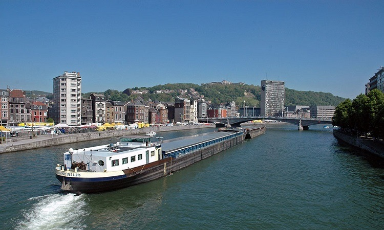 Khúc sông yên ả chảy qua thành phố