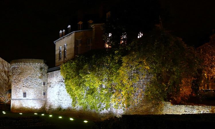 Tháp duchesne về đêm trông như một pháo đài