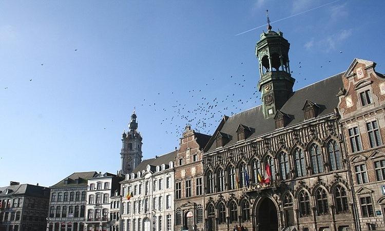 Nóc tòa thị chính, nơi các bầy chim thường tụ tập