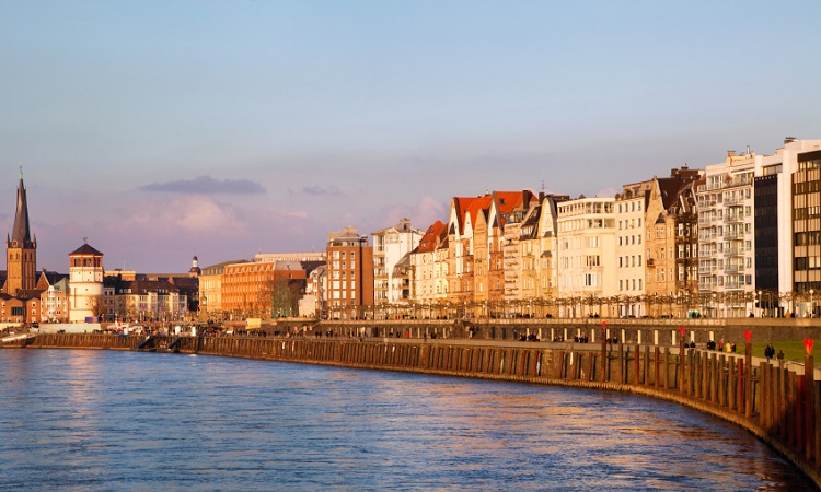 Embankment Promenade được coi là lối đi dạo tuyệt nhất bên bờ sông Rhine của Düsseldorf