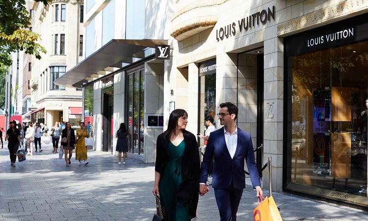 Cửa hàng thời trang trên đại lộ