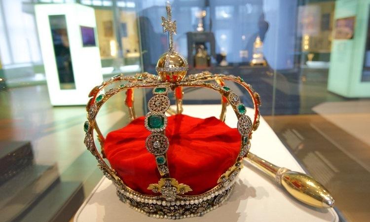 Vương miện nữ hoàng trong bộ sưu tập trưng bày
