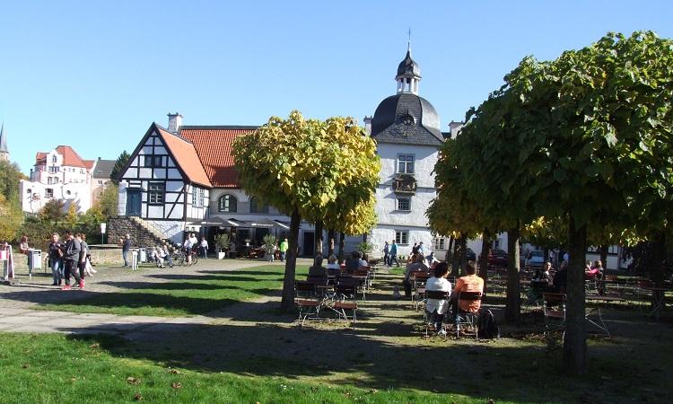 Khuôn viên rộng rãi bao quanh lâu đài