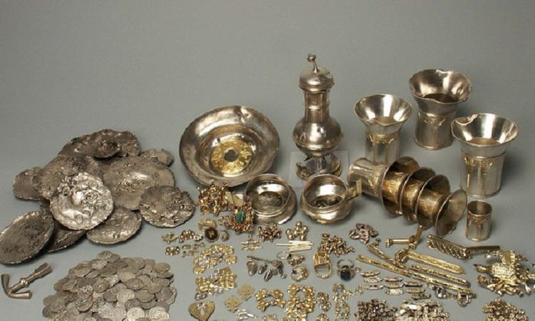 Vẫn còn 3,141 đồng bạc, 14 thỏi bạc và loạt nhẫn cưới của người Do Thái được trưng bày