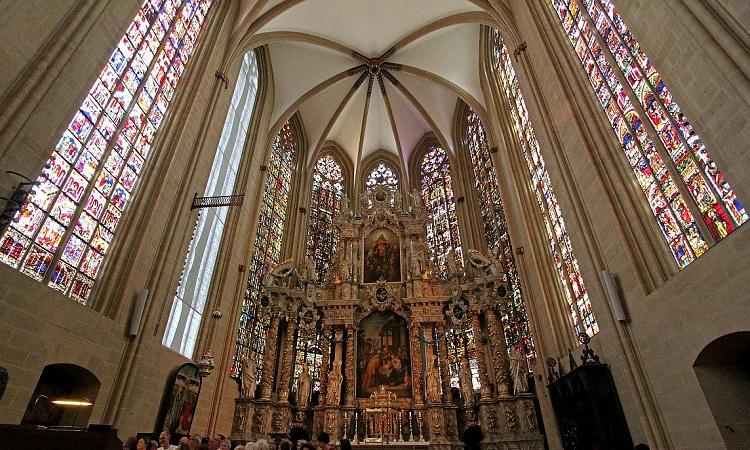 Nhà thờ với các chi tiết kiến trúc Gothic đặc trưng