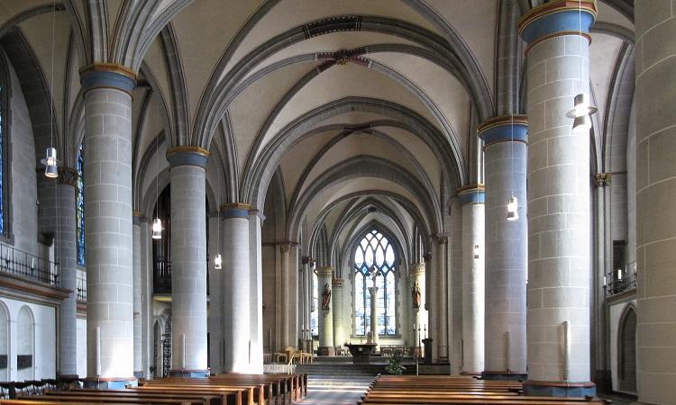 nhà thờ được xây dựng lại bằng đá sa thạch sáng màu