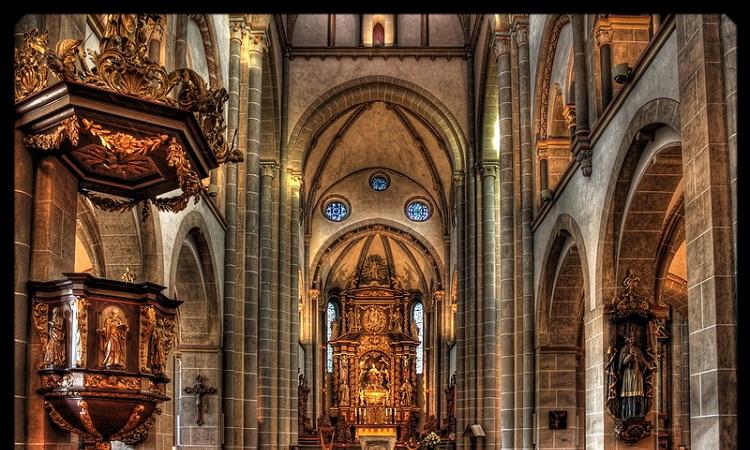 Bàn thờ, tác phẩm của nhà điêu khắc Elmar Hillebrand và học trò của ông Ronald Hughes