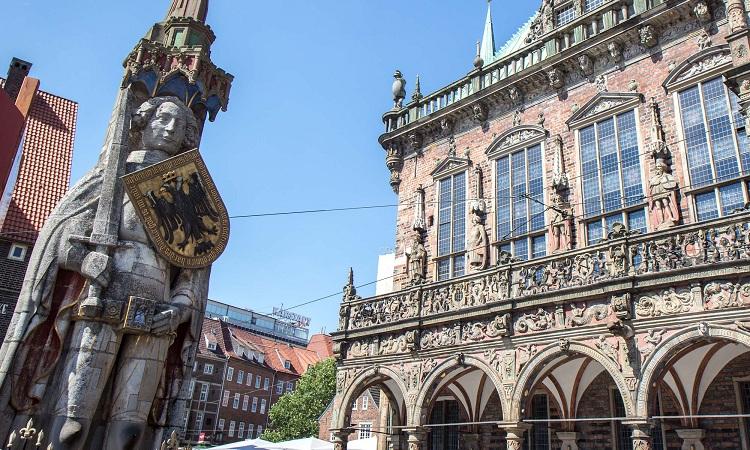 Tượng đài trên quảng trường trước tòa thị chính