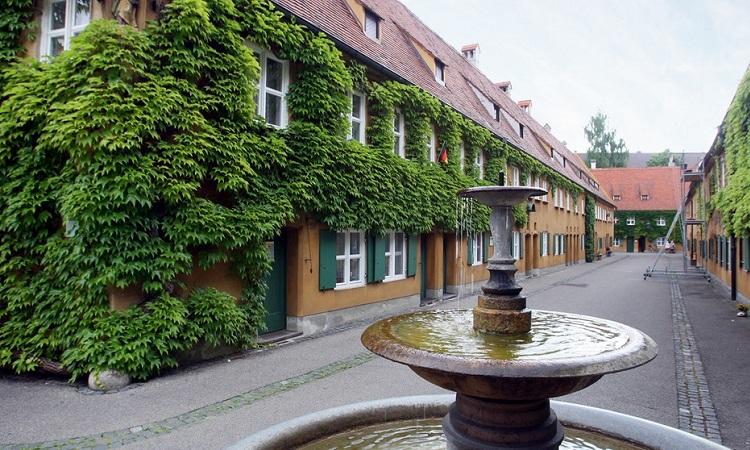 Khu phố Fuggerei với nhiều cây xanh bao phủ các dãy nhà