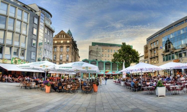 rất nhiều cửa hàng ăn xung quanh quảng trường.