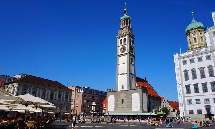 Tháp quan sát Perlachturm nổi bật trên nền trời xanh