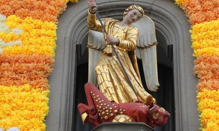 Bức tượng thiên thần trừ ác quỷ
