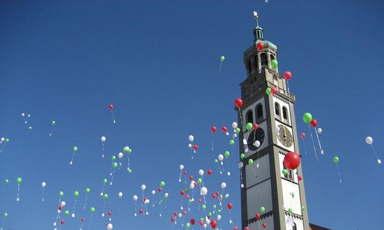 Bóng bay thả trong một lễ hội bên tháp quan sát