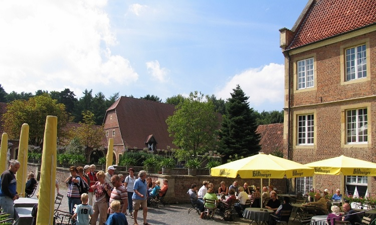 Du khách thăm Lâu đài Hülshoff