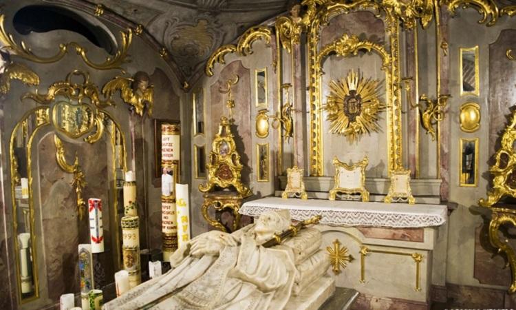Cây thương và yên ngựa của Thánh Ulrich cũng được trưng bày trong nhà thờ