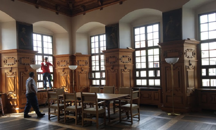 Những căn phòng với nội thất gỗ chạm khắc công phu