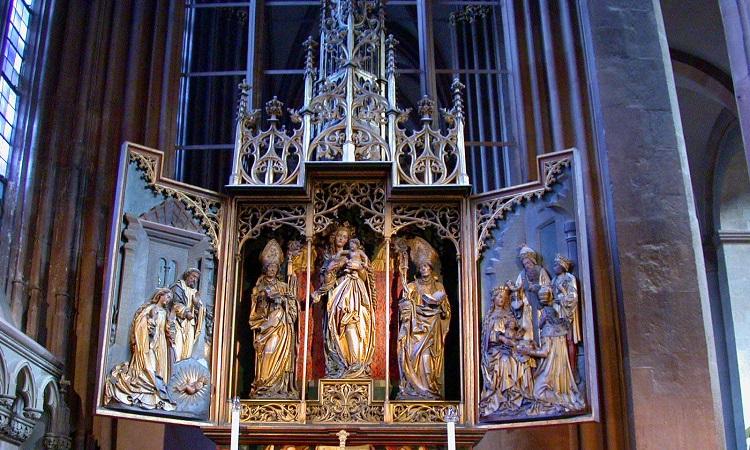 Những bức tượng lớn trong nhà thờ