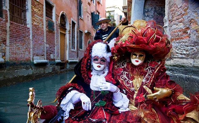 Bộ trang phục cầu kỳ, lộng lẫy tại lễ hội Carnival, Venice