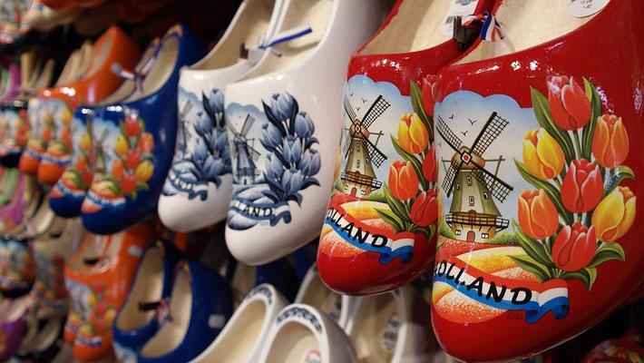 Giày gỗ, guốc gỗ là một trong những món quà lưu niệm độc đáo tại đây